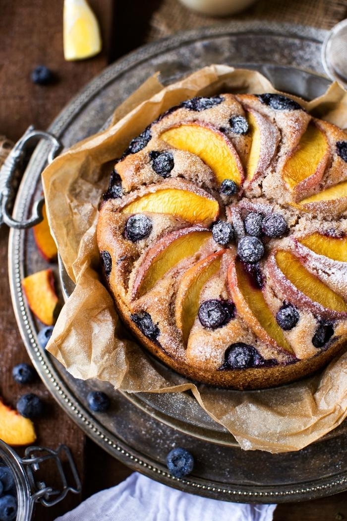 dessert sans lactose, sans gluten et sans oeufs, recette de gateau au yaourt, aux poires et aux myrtilles sans farine de blé