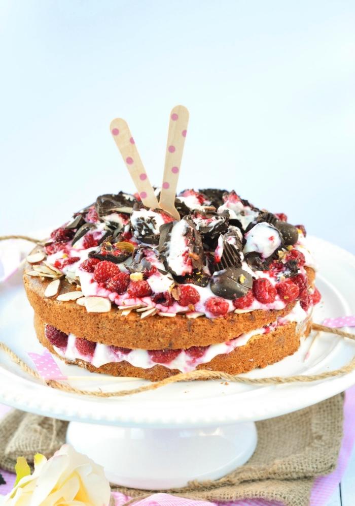recette gourmande de gâteau au yaourt sans gluten et sans sucre raffiné composé de deux génoises sans gluten garnies de crème fouettée, de framboises, bonbons et amandes