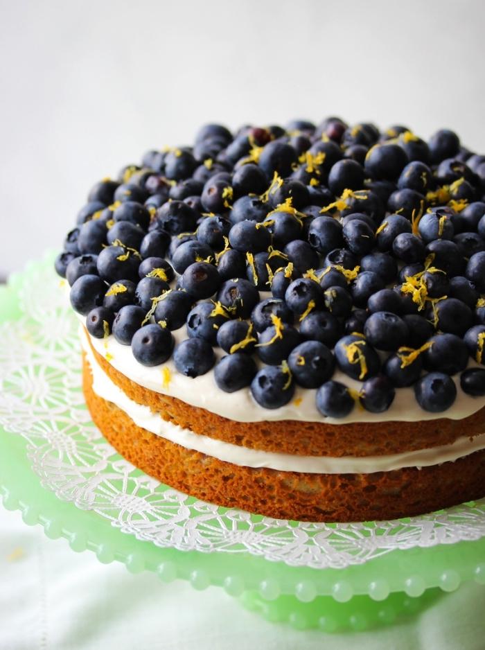 recette facile de gateau au yaourt sans gluten, gâteau au citron et aux myrtilles avec une garniture de