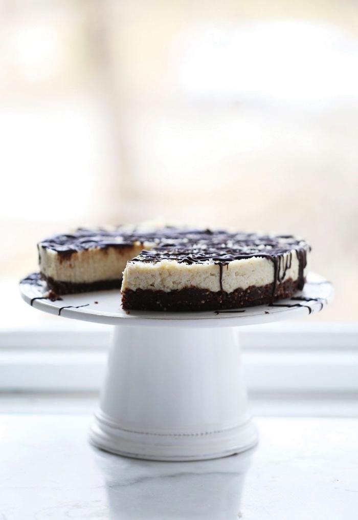 recette sans gluten de gâteau bounty chocolat et noix de coco en version crur, gâteau bounty sans cuisson avec une base