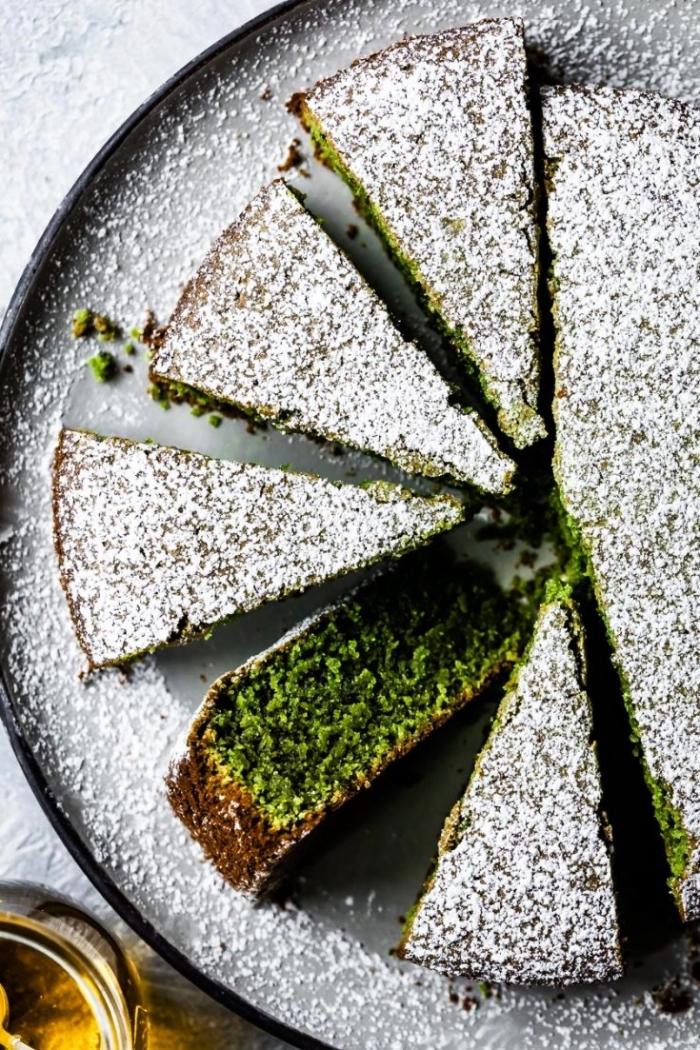 menu sans gluten avec un gâteau original au thé matcha et à l'huile d'olive, moelleux au thé matcha