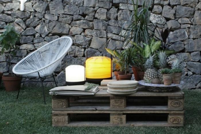 exemple de table basse palette fait main, aménagement arrière-cour avec meubles DIY, recyclage palette facile