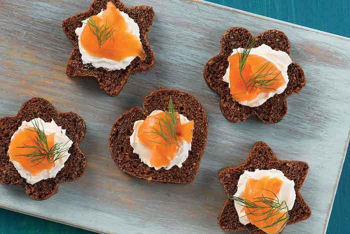 Entrée avec saumon et fromage crème sur canapé pain de seigle idee apero dinatoire, amuse bouche apéritif facile