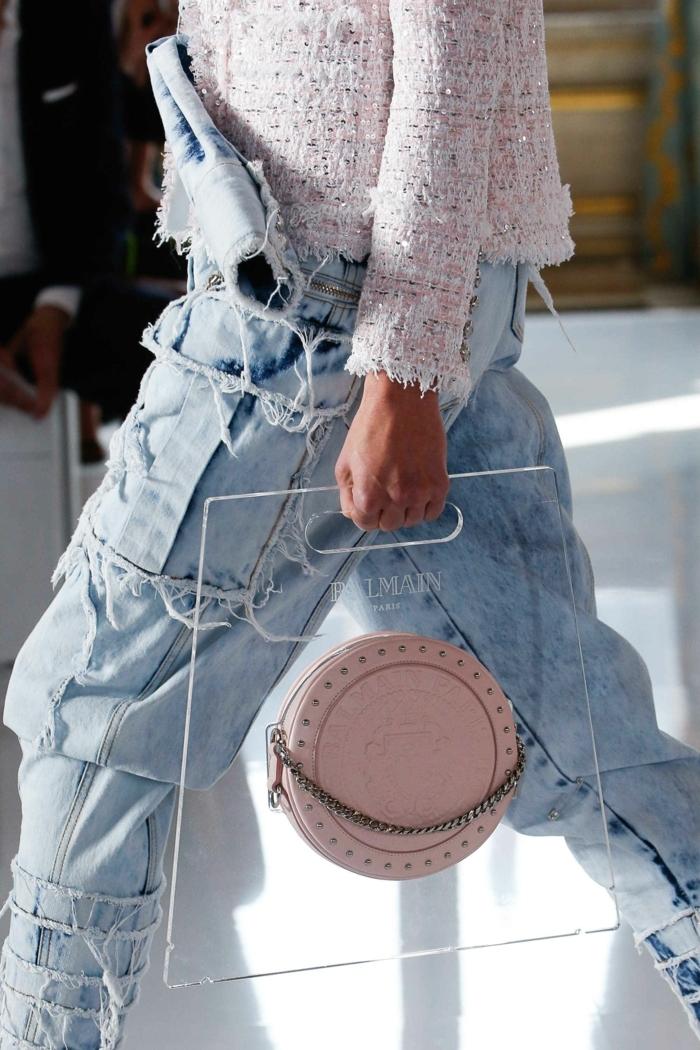 sac à main rond rose pâle, sac cuir et acrylique, salopette jeans, veste en tweed rose pâle