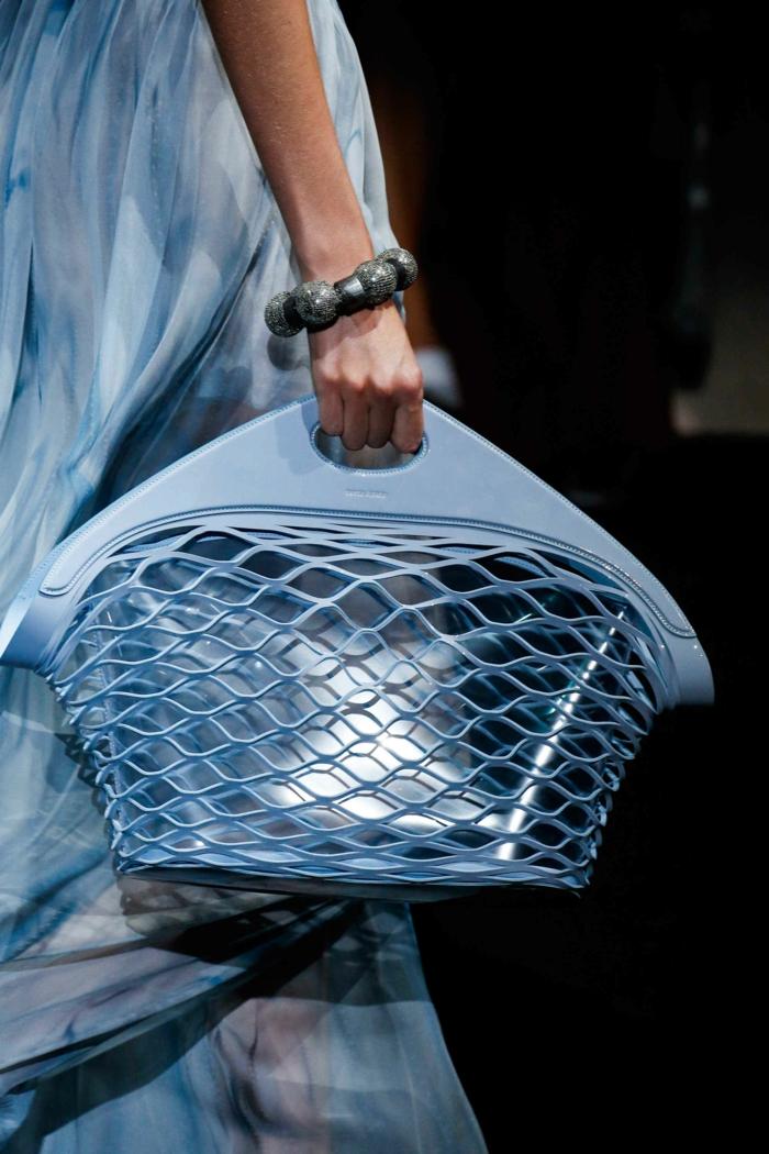 sac cabas, grand sac a main, bracelet massif, robe bleue féérique, comment porter le sac acrylique
