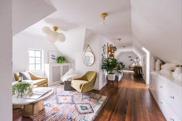 design cocooning de décoration studio sous comble énorme avec salon séparé d une chambre à coucher, meuble bas sous pente, tapis oriental, accents en laiton