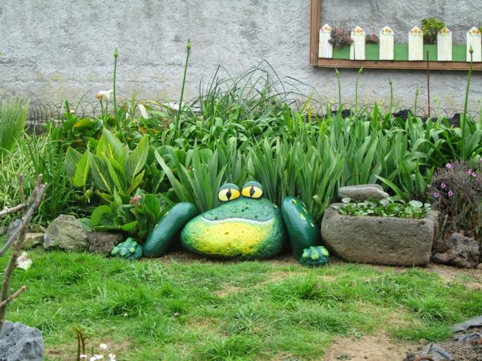 grenouille fabriquée avec grandes pierres, pelouse verte, decoration jardin et extérieur