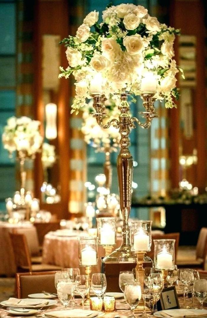hauts bougeoirs et compositions de fleurs blanches, déco de table en blanc, mariage élégant