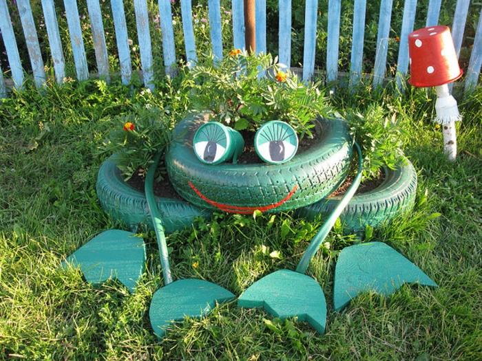 decoration exterieur, pneus verts, pelouse verte, palissade bleue, fleurs plantées