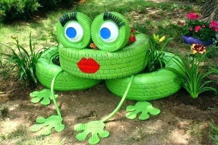 fabriquer des décorations avec des objets recyclés, pneus peints verts utilisés comme pots de jardin