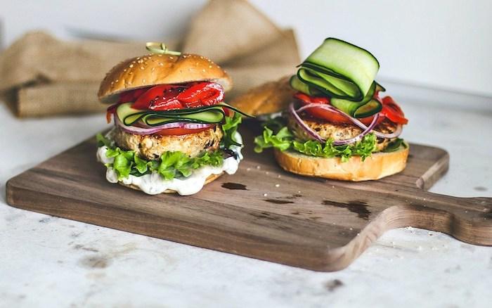 Burger à la Grecque préparation avec courgette, keftedaki, tzadziki et poivres rouges, gateau apero, idee apero dinatoire, amuse bouche apéritif facile