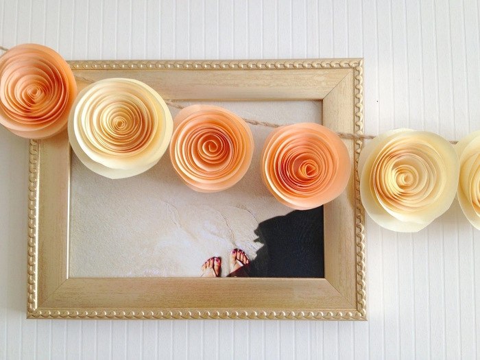 idée déco avec des fleurs en papier, jolies roses en tons doux réalisées en papier enroulé façon guirlande