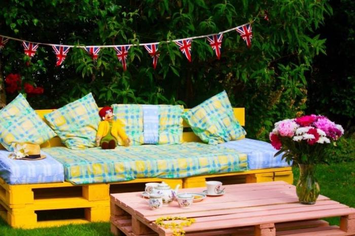 décoration de jardin avec meubles DIY repeints en couleurs, exemple de table basse en bois peint en rose pâle