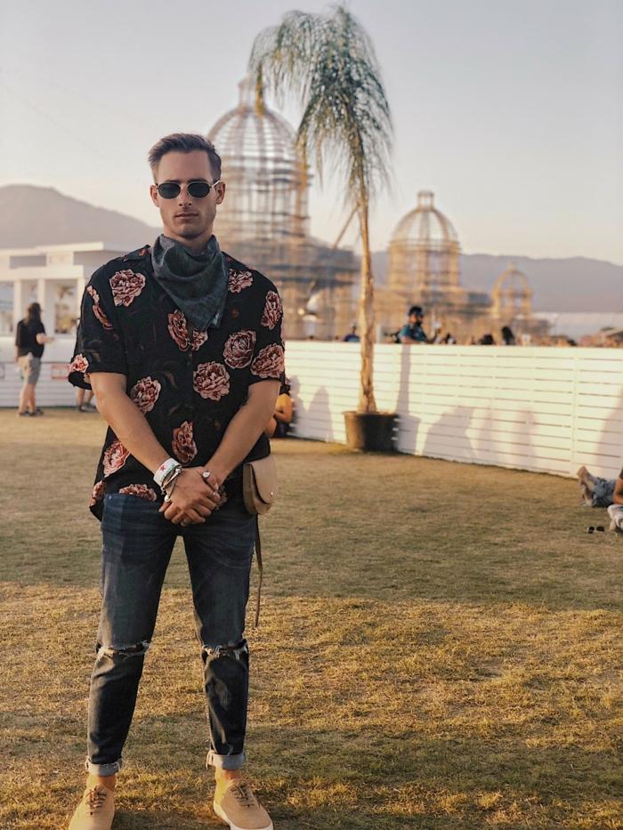 chemise aux imprimés floraux roses, écharpe nouée autour du cou, bracelet hippie chic