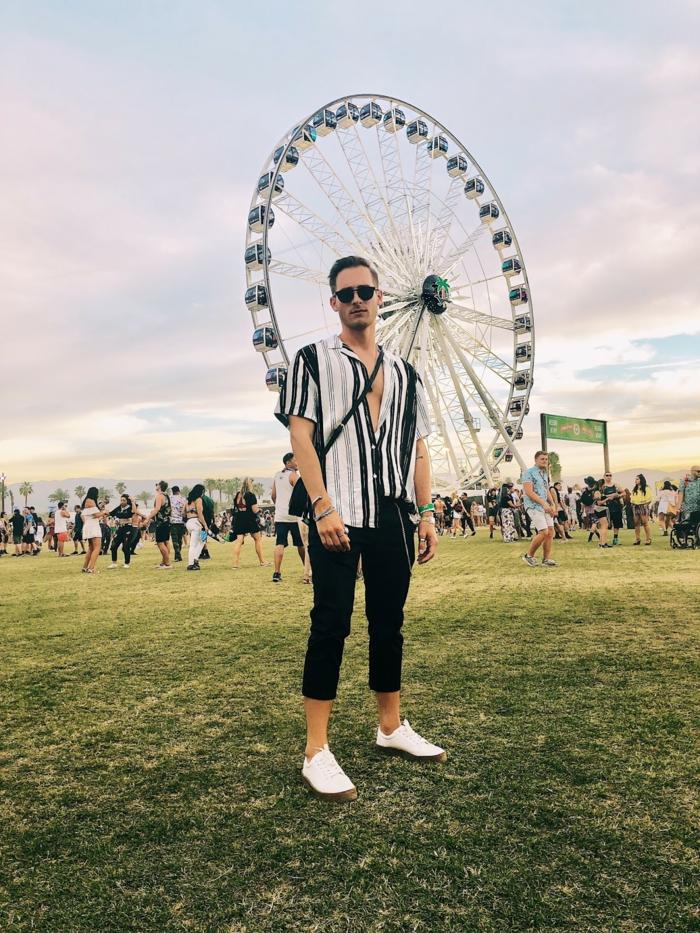 grande roue, chemise aux rayures verticales, pantalon noir, chaussures de sport blanches