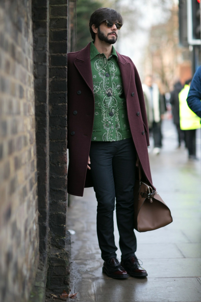 vetement hippie chic homme, jean noir, chemise verte, longue veste pourpre, grand sac beige