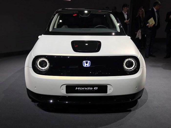 photo face avant du concept car électrique Honda E Prototype dévoilé au salon de l'auto de genève et lancé en série fin 2019