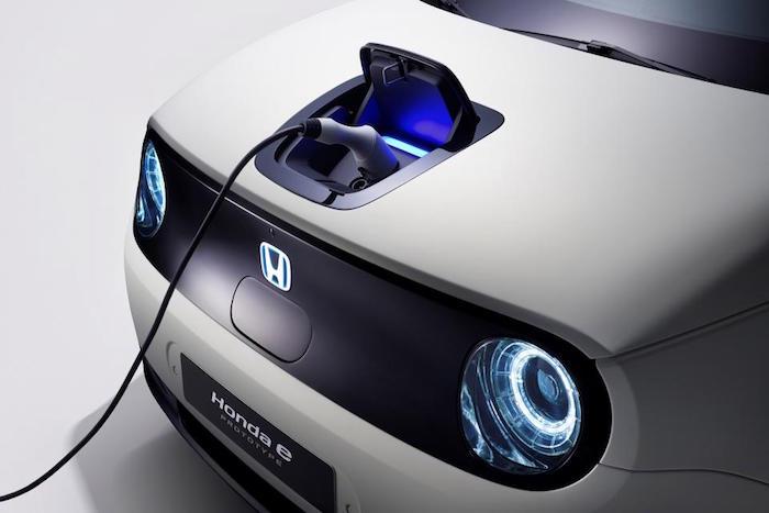 illustration de la Honda E Prototype et son port de charge sur le capot et phares ronds dévoilée à Genève et produite à partir de fin 2019