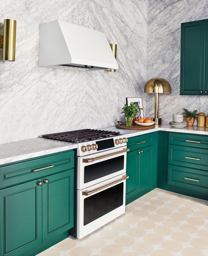 revêtement mural pour cuisine tendance 2019, meubles bas de cuisine en vert avec poignées argent, applique murale en or