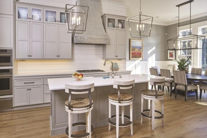 quelle couleur pour une cuisine, modèle de cuisine rétro style avec armoires gris clair et crédence en panneaux bois blanc