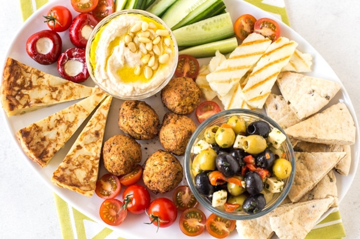 Idée de repas d anniversaire, apero dinatoire pour 20 personnes sans viande, apéro végétarien avec houmous et concombres, falafel et tomates