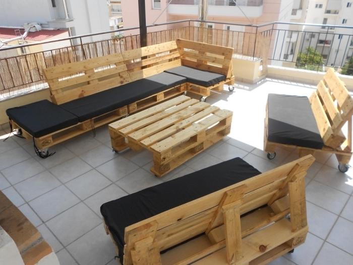 mobilier en bois pour extérieur, canapé banc en palette DIY, modèle de petite table de jardin en bois palettes