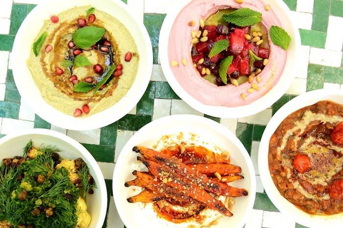 Houmous avec différents aromats, trouver une idée recette facile, idée repas anniversaire, cool idée repas simple