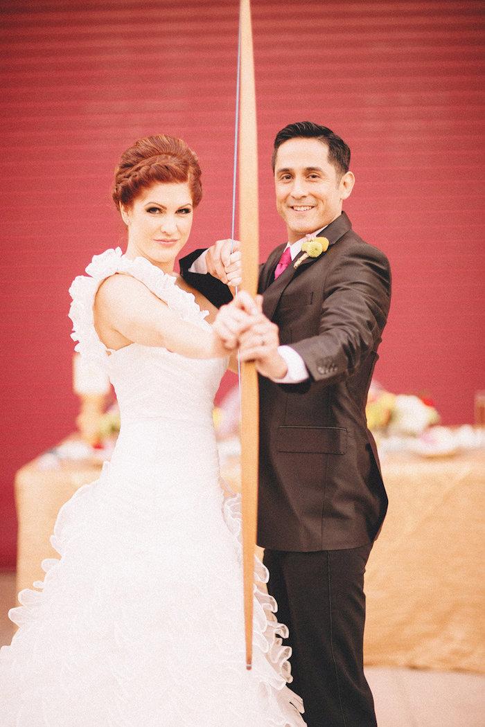 Photo couple marié, fil rouge mariage, idée d'animation mariage pour ne pas s'ennuyer, homme et femme beaux au style