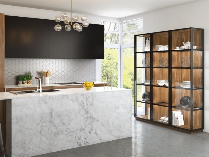 meuble rangement cuisine en fer avec façade en verre et panneaux de fond en bois foncé, meubles haut en noir mate