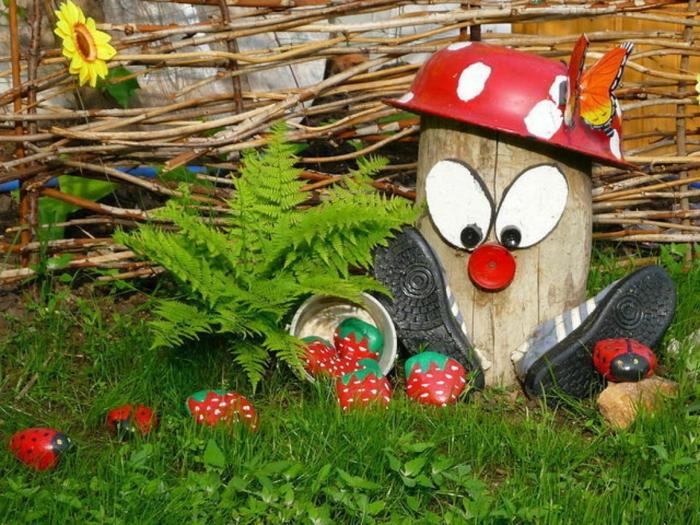 bonhomme en tronc de bois, bol, paire de cahussures, déco jardin amusante, haie tressée