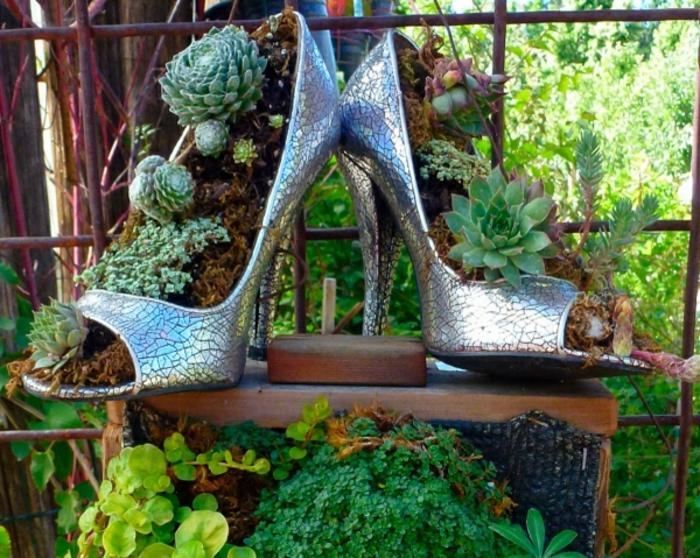 paire de chaussures féminines métalliques, succulentes plantées, déco de jardin original