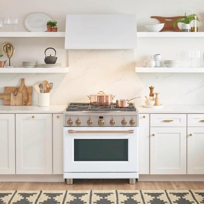décoration de cuisine moderne blanche, modèle de crédence cuisine marbre blanc, exemple rangement mural avec étagère