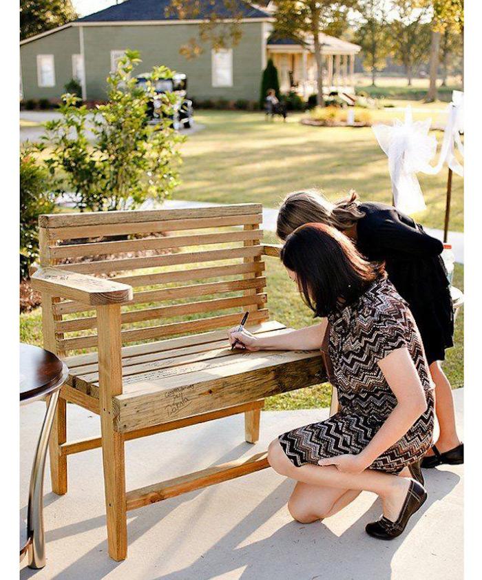Un banc à signer et mettre après le mariage devant la maison, idée surprise mariage, jeux mariage, comment ne pas s'ennuyer