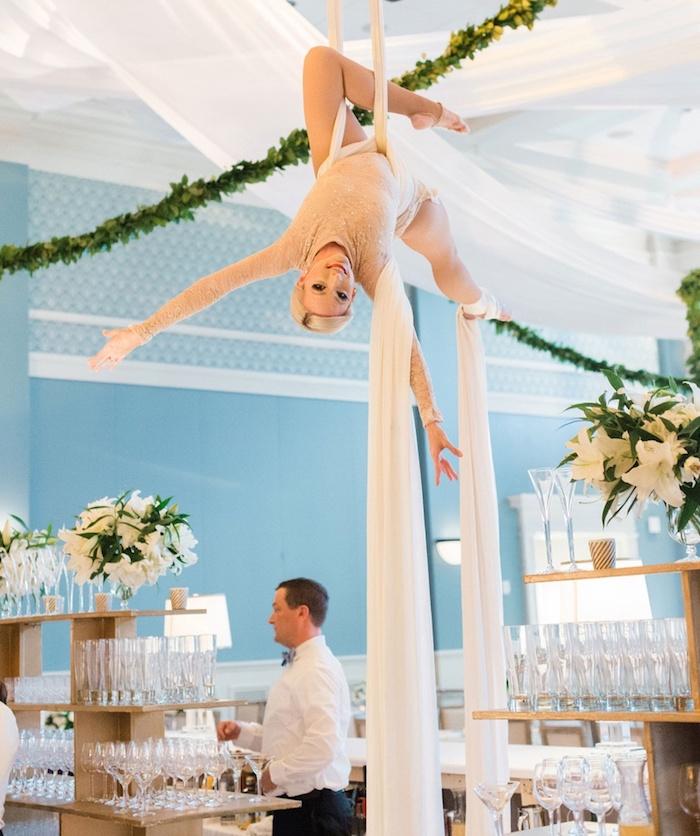 Femme acrobate aérée divertissement mariage originale, idée d'animation mariage, jeux mariage, s'amuser entre amis