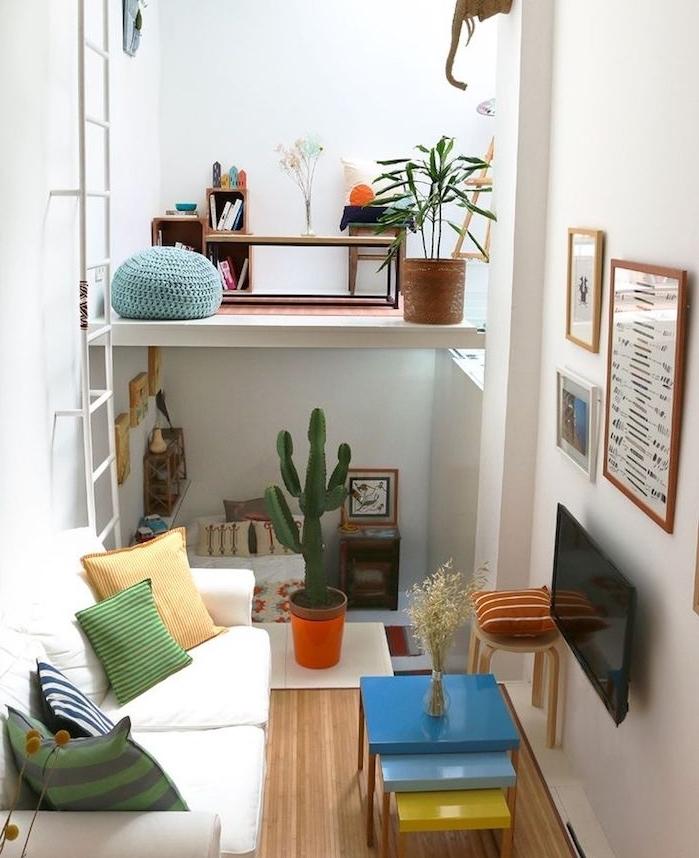 amenagement petit espace, coin de lecture en hauteur, tout petit salon avec mini canapé et tables gigognes colorées, deco micro appartement