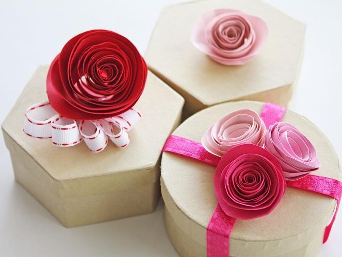 personnaliser un paquet cadeau avec de jolies roses en papier, idée déco avec fleur en papier facile