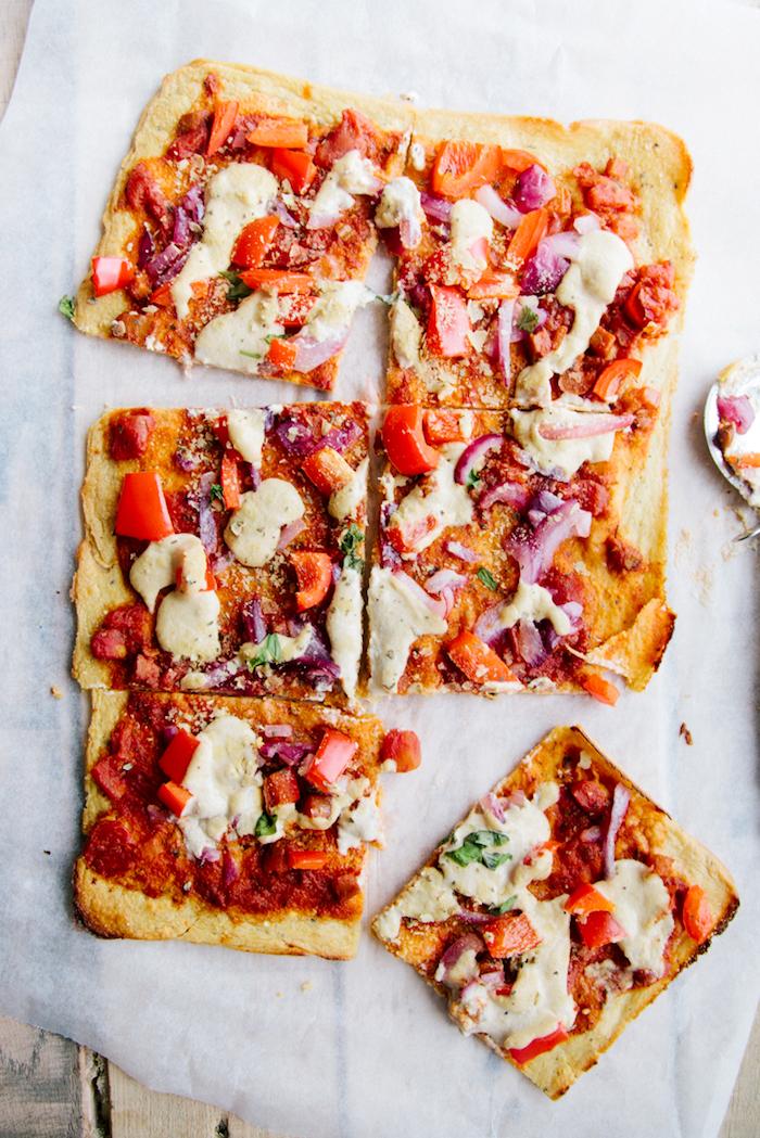 pizza végétarienne aux légumes de saison et fromages vegan, idée recette vegan facile italienne