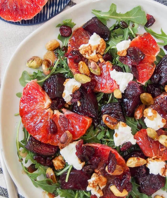 comment faire une salade composée facile avec betterave, roquette, pistaches, canneberges, pampleousse et fromage de chèvre,