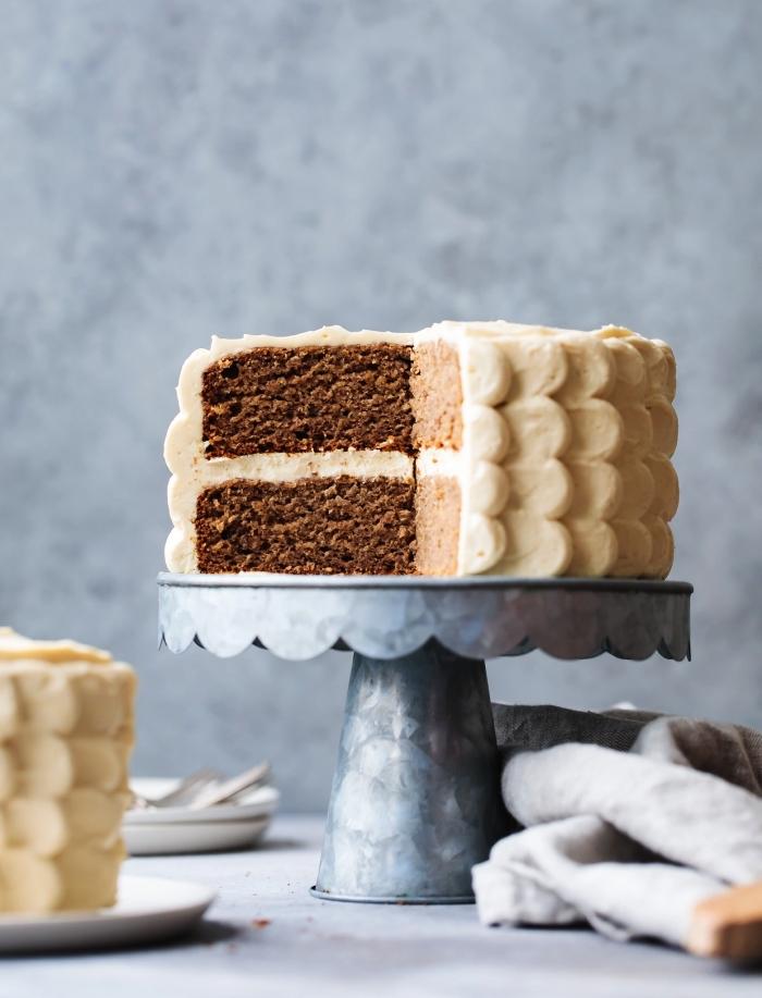 idée de gâteau sans gluten pour fêter le premier anniversaire du bébé, gâteau d'anniversaire 1 an aux bananes sans sucre et sans gluten au glaçage de pétales