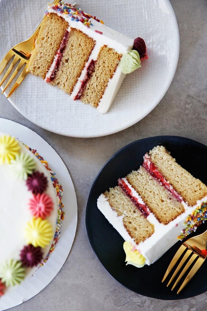 gâteau d'anniversaire à la vanille garni de confiture de fraises faite-maison au glaçage de crème beurre, recette de la patisserie sans gluten