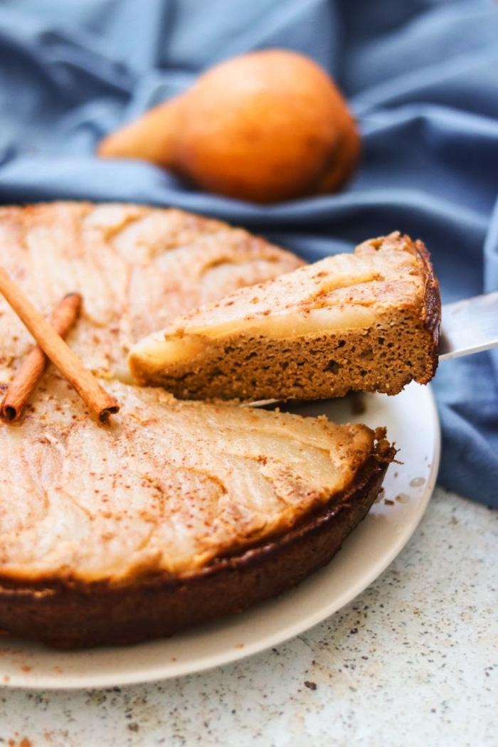 dessert sans gluten facile et rapide, recette de gâteau renversé aux poires parfumée à la cannelle