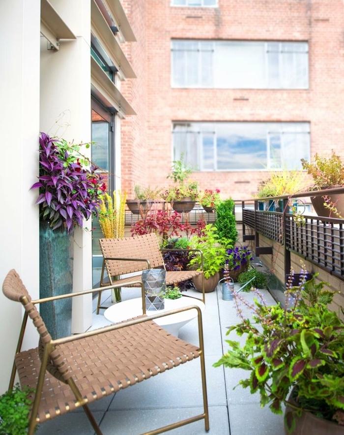 chaises design sur un balcon fleuri avec table basse, pots de fleurs par sol en dalles de béton, vue sur un paysage urbain
