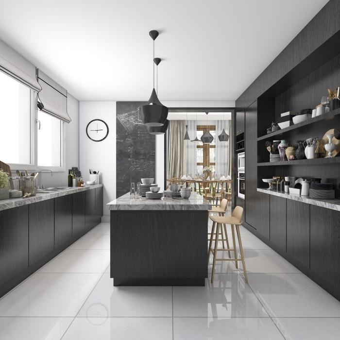 avec quelle couleur associer le gris, idée agencement cuisine en parallèle avec îlot, modèle plan de travail à effet marbre