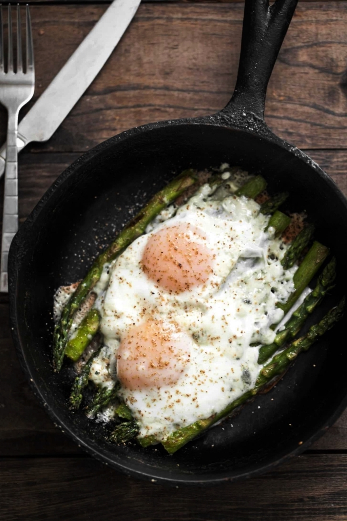 recette facile pour le soir, repas facile et rapide à base d'oeufs, asperges grillées avec des oeufs au plat