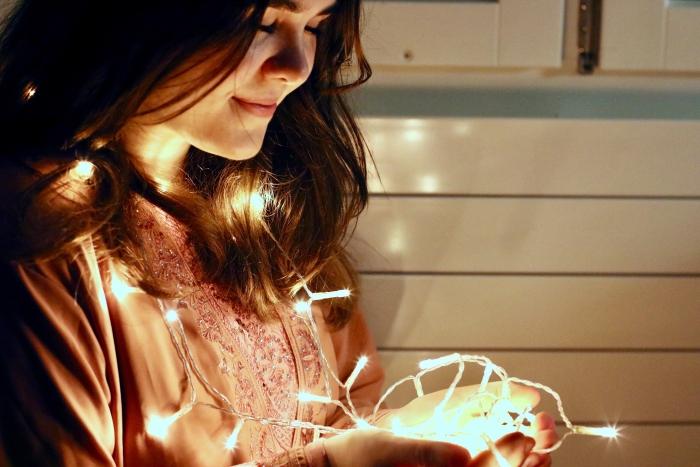 comment décorer une chambre ado, exemple éclairage led en forme de guirlande lumineuse pour une déco féerique