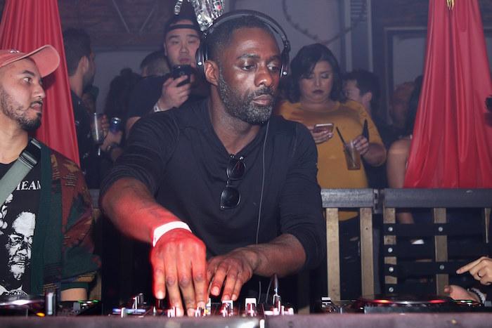 photo Idris Elba qui mixe et qui a été le dj du mariage du prince Harry et Meghan Markle