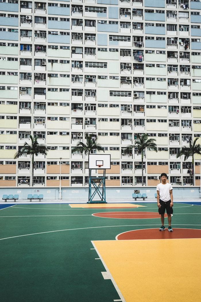 Asia paysage original, haut batiment court de basketball et garcon, paysage d'été, photo paysage urbain, comment décorer son desktop