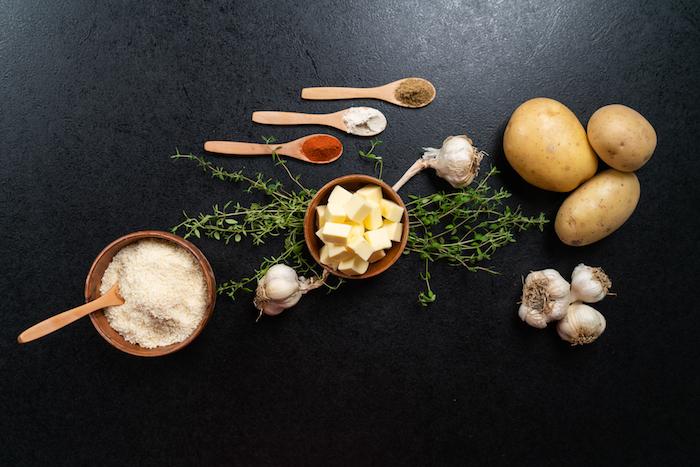 ingredients necessaires pour faire pomme de terre hasselback au four avec parmesan paprika, ail, beurre, thym frais