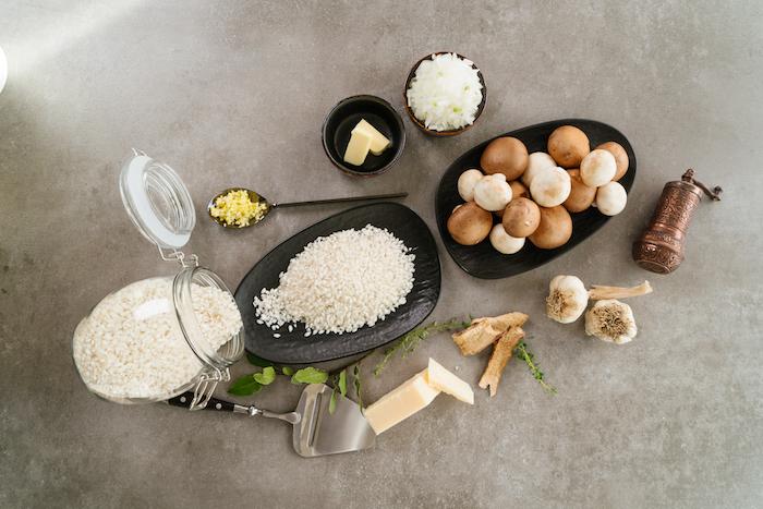 risotto parmesan au riz et champignons avec des échalotes et de l ail, recette végétarienne facile et rapide