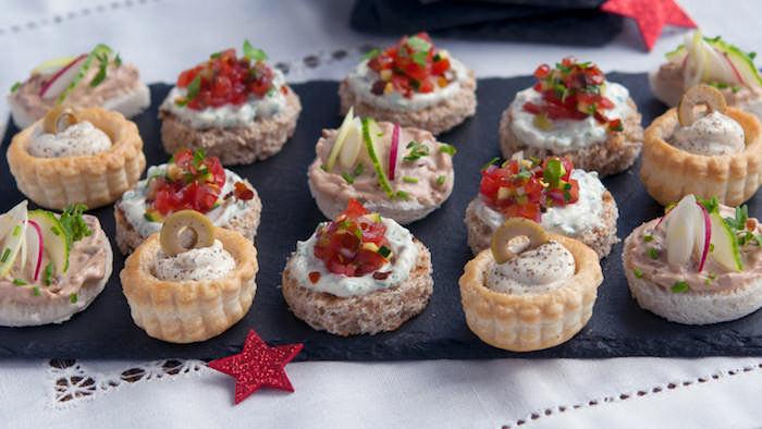 Preparer des bouchées avec crème fromage et courgette ou olives, entrée simple et raffinée, idée repas anniversaire, petites amuses bouches